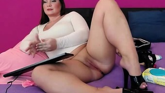 Sizzling Full-figured Camera Bones Rubbing Her Pussy