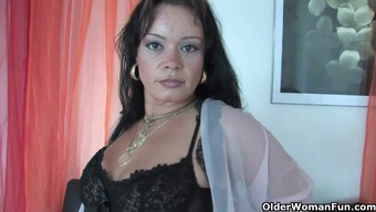 Chubby boomerang mom in stockings operates her hard clit