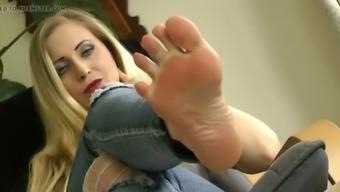 Awesome sexy milf feet tease