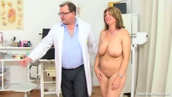 BBW mum Bohunka with the use of substantial organic exciting bowls gets her pussy have to deal with lengthened by changed doc
