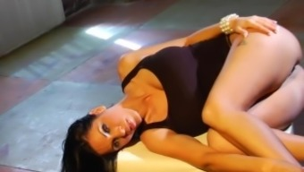 Brunette attractiveness with the use of major tits Veronica Rayne will get a challenging junk drive