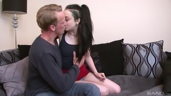 Tramp Alessa Savage distributes her legs at once spacious to obtain removed
